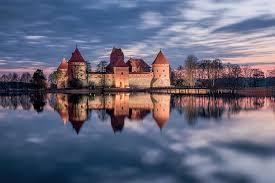 Оказывается, прекрасная заснеженная крепость посреди покрытого льдом озера…